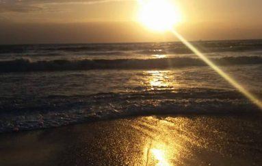 Një pasdite ndryshe në plazh, dallgë, përmbytje, psherëtima, errësirë si në shekullin e xixave (VIDEO)