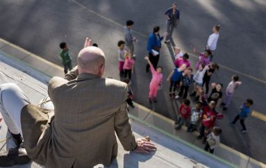 Drejtori humbet bastin me nxënësit dhe kalon natën në çatinë e shkollës