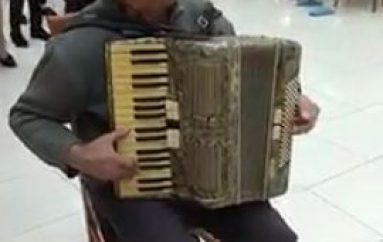 I moshuari i talentuar bën aheng në azil