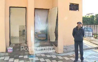 Forca e njeriut për mbijetesë s'ka limit, ky i pastrehë në Vlorë jeton në tualet