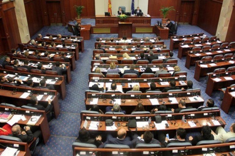 Shqipja bëhet gjuhë zyrtare në Maqedoni, politika shqiptare reagon për vendimin historik
