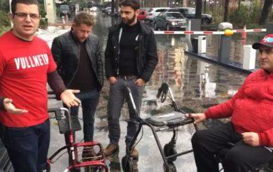 Të rinjtë shpërndajnë vullnetarisht karroca për persona me aftësi të kufizuar