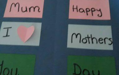Mësuesja frymëzon nxënëset të bëjnë dhurata me dorë për nënat e tyre