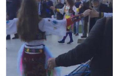 Ambasadori Lu kërcen valle shqiptare (foto)