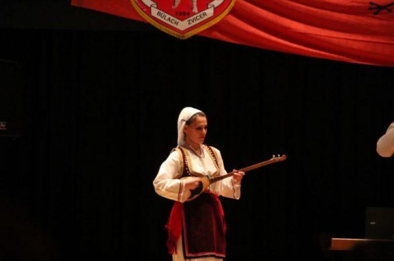 Mjekja me origjinë shqiptare që i bie çiftelisë