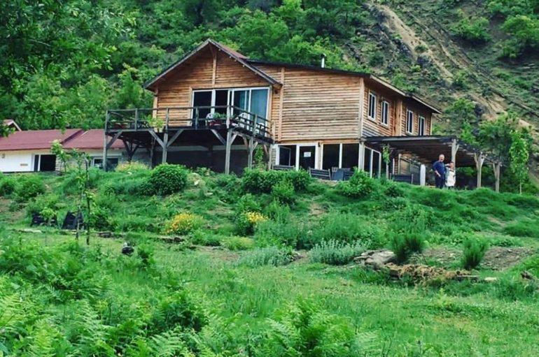 E reja shqiptare kthehet nga Franca, ndërton 'parajsën' në fshatin e lindjes