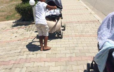 Durrës/E ëma u siguron jetesën, 10 vjeçari kujdeset për vëllanë foshnjë çdo ditë