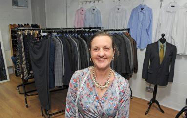 """Një """"look"""" i ri, një fillim i ri: Kostume falas për burrat e papunë"""