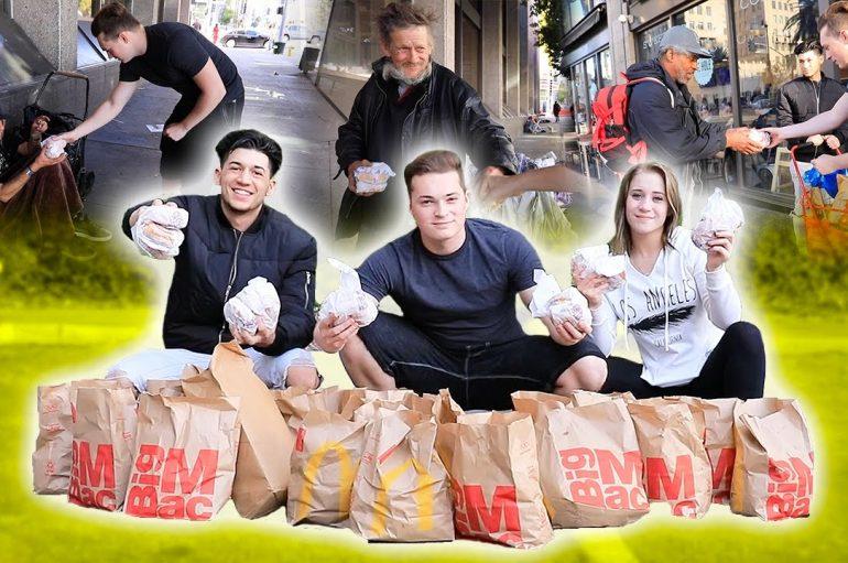Djemtë blenë ushqim për të pastrehët