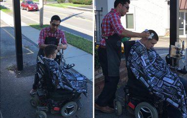 S'mund të hynte në dyqan prej karrocës, berberi lumturon burrin me aftësi të kufizuara, i pret flokët në trotuar