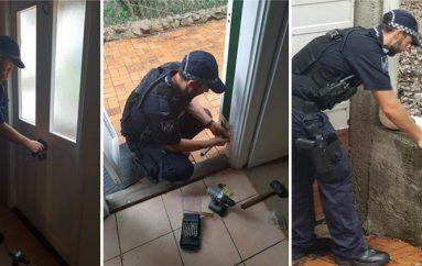 Dy oficerë policie sigurojnë të moshuarën e vetmuar