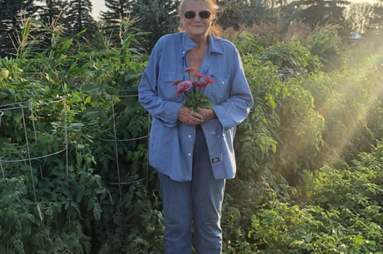 67 vjeçarja dhuron 3,100 paund perime për familjet në nevojë