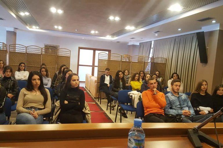 Qentë e rrugës 'pushtojnë' Universitetin e Durrësit: Kanë Bachelor dhe Master