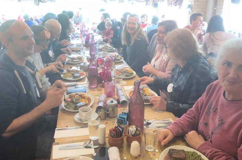 Aktivistët e kafshëve dhe stafi i thertores hanë darkën e Krishtlindjes bashkë: Gjëra të mira po ndodhin