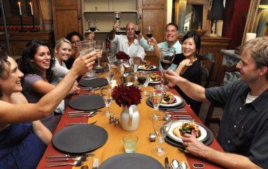 7 mënyra për t'u mbijetuar bisedave të vështira në darkën e festave