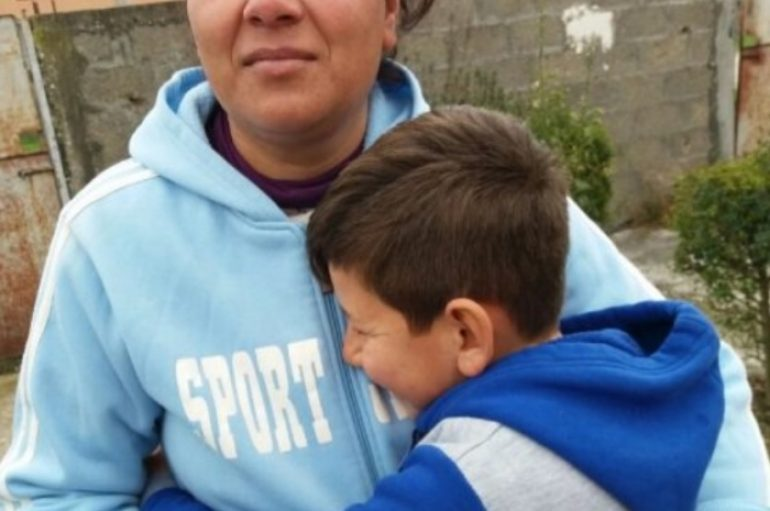 E braktisi e ëma me aftësi të kufizuara, 8 vjeçarin e adopton çifti rom në Fier