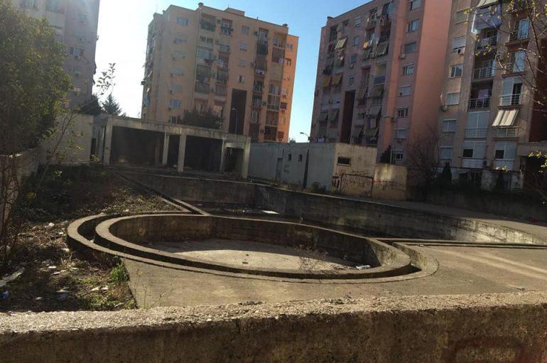 Banorët ngrenë alarmin, 'vatër infeksionesh' në mes të pallateve në Tiranë