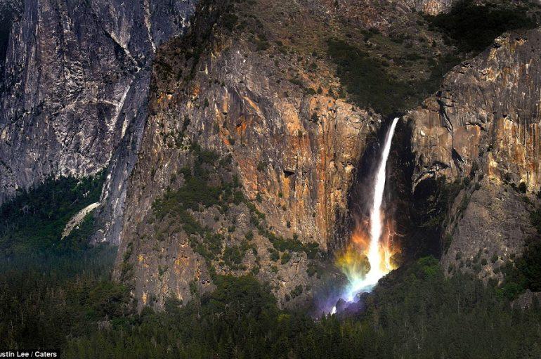 Fotografi kap ylberin në fund të ujëvarës madhështore