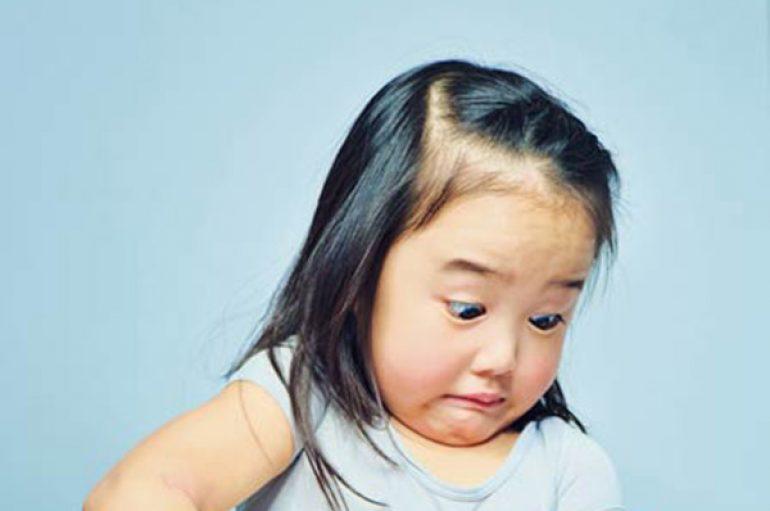 Babai shkrep momentin e çmuar, kur vajza mban në krahë motrën për herë të parë