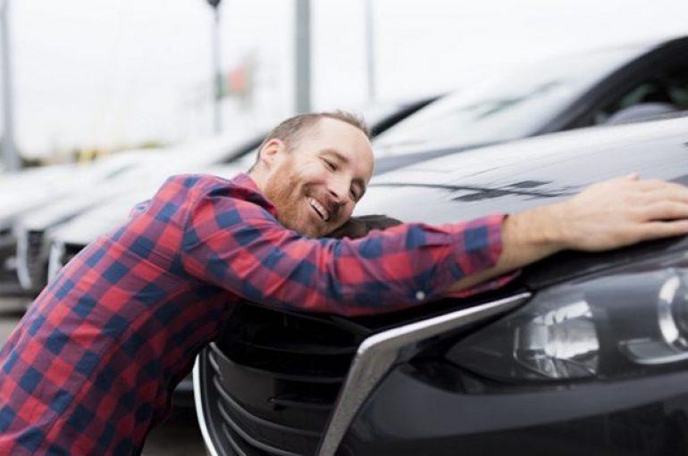 Lidhja e veçantë e amerikanëve me veturat, 56% u vënë emra