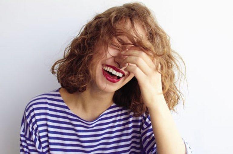 'Nuk vritet me zemëratë, por me qeshje'