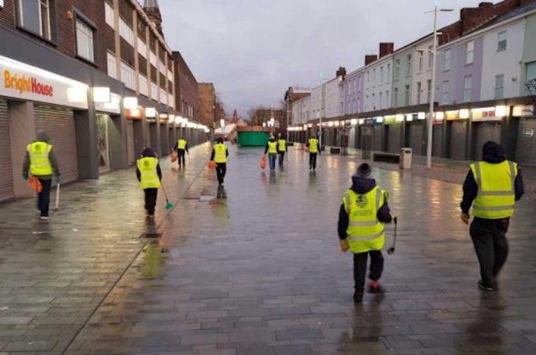 Të rinjtë muslimanë pastrojnë rrugët pas festimeve të Vitit të Ri