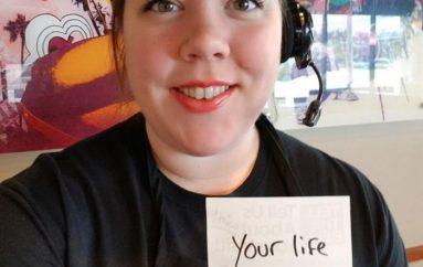 Punonjësja që inspiron klientët, shkruan mesazhe pozitive në çdo porosi