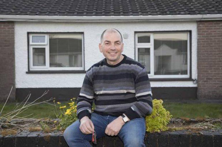 Ushtari jep shtëpinë për të strehuar familjen në nevojë