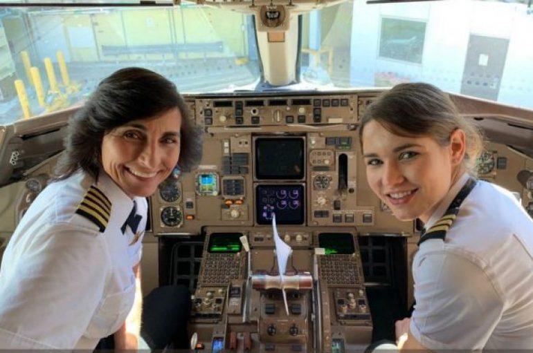 Nënë e bijë drejtojnë bashkë një avion