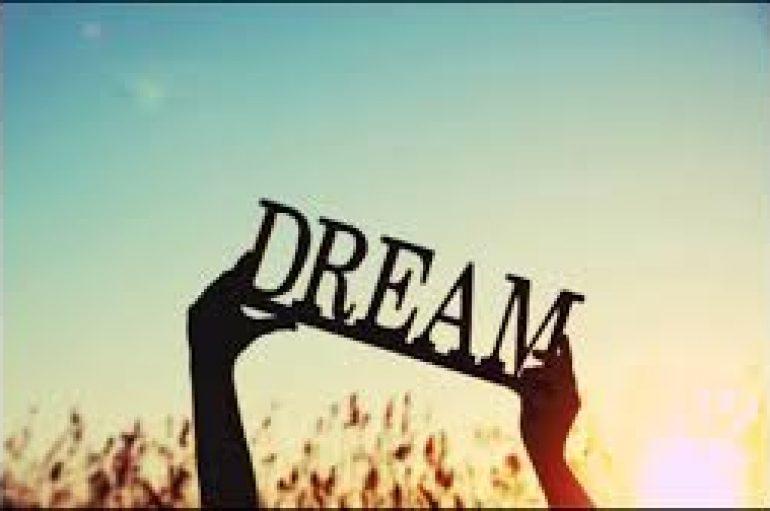 """""""E ardhmja i përket atyre që besojnë në bukurinë e ëndrrave të tyre"""""""