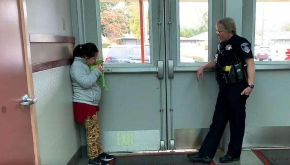 Oficerja e shkollës qetëson nxënësen me aftësi ndryshe me këngë