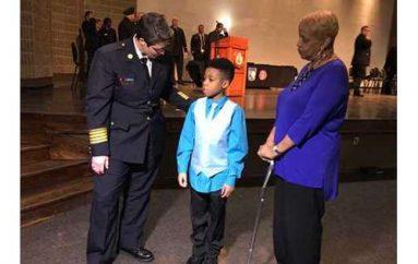Shpëtoi gjyshërit nga zjarri duke u zvarritur, 9 vjeçari nderohet nga zyrtarët e policisë