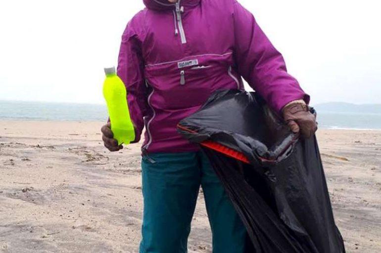 70-vjeçarja që pastron plazhet