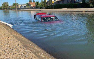 Makina e zhytur, 3 burra hidhen në ujë dhe nxjerrin shoferin