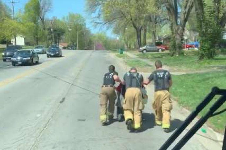 Bllokohet në pellg, zjarrfikësit ndihmojnë peshkatarin në karrige me rrota të kthehet në shtëpi