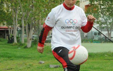 Fatimja, futbollistja e re që sfidon djemtë në fushë dhe jetë