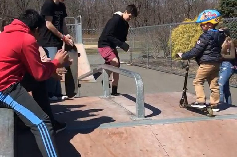 Adoleshentët mësojnë djalin me autizëm si të bëjë patinazh në ditëlindjen e tij