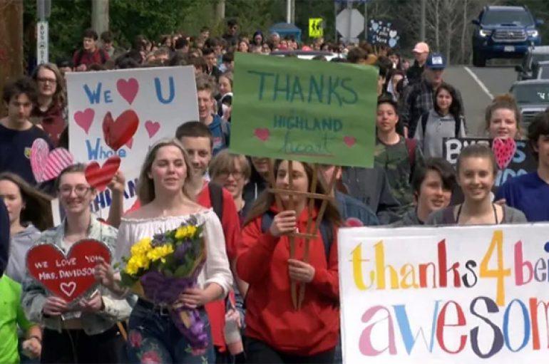 Qindra nxënës i japin lamtumirën e ëmbël gjyshes që i përshëndet çdo mëngjes