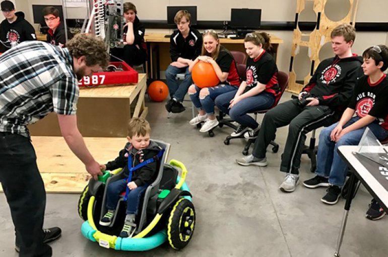 Prindërit s'e përballonin blerjen e karrocës, nxënësit i bëjnë dhuratë speciale 2 vjeçarit