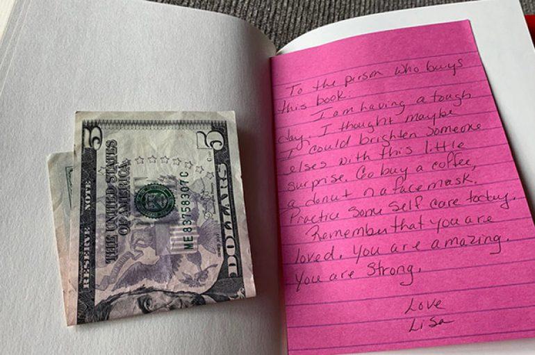Një shënim brenda një libri krijon zinxhir aktesh mirësie