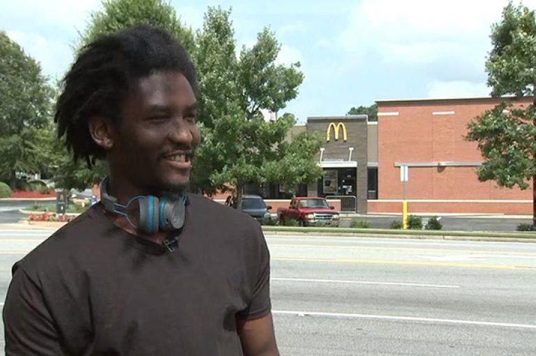Komuniteti ndihmon punonjësin e pastrehë të McDonald's pasi një grua e turpëron në Facebook