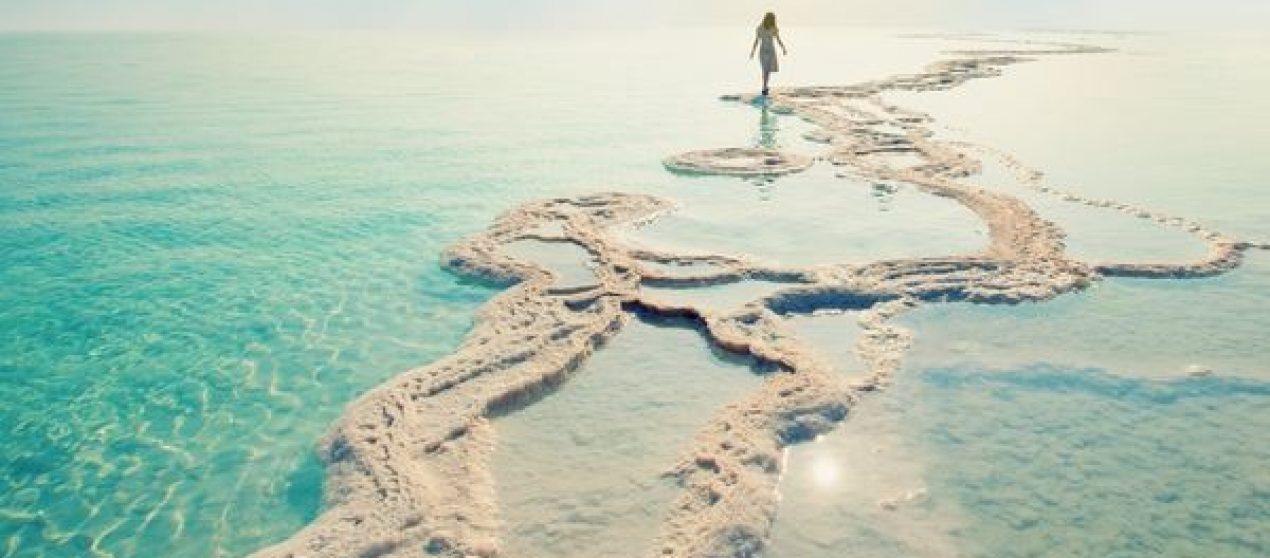 Shkuarja në plazh dhe qëndrimi afër me ujin na bën të lumtur: kjo është arsyeja pse