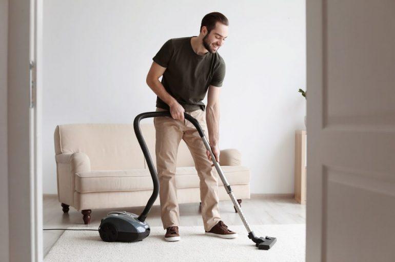 Meshkujt që bëjnë pastrimin e shtëpisë janë më të lumtur dhe më të relaksuar