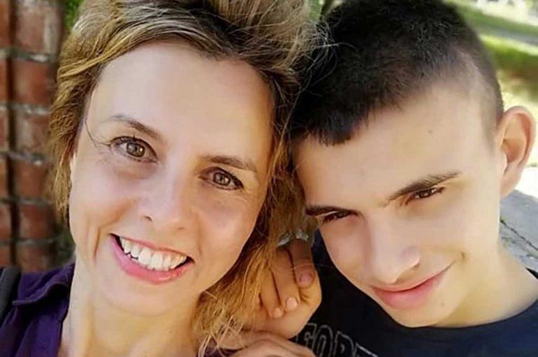 Sakrifica e një nëne, la punën për t'u diplomuar së bashku me djalin e saj autik