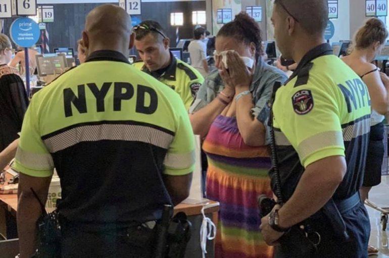 E kapën duke vjedhur në supermarket, oficerët i paguajnë ushqimet një gruaje dhe e lënë të lirë
