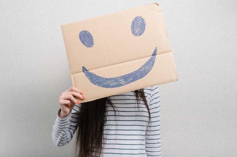Buzëqeshjet e rreme nuk iu bëjnë të lumtur
