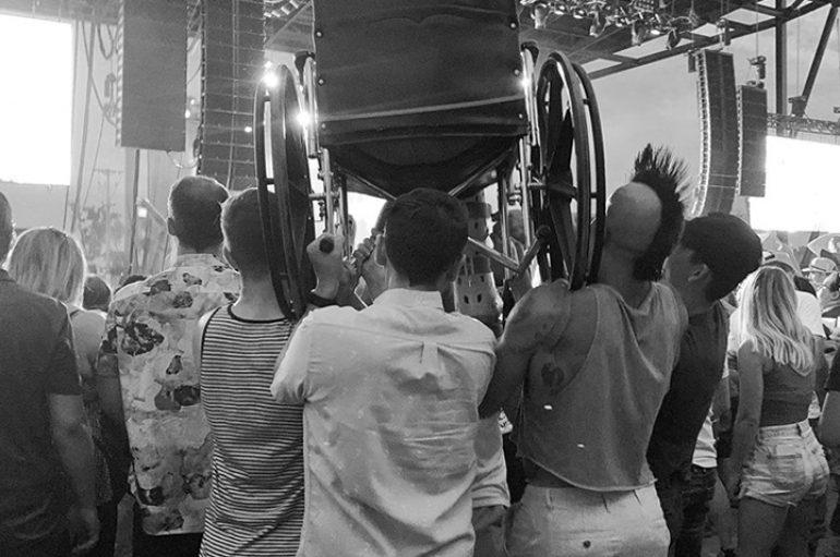 Tifozët ngrenë në ajër gruan në karrocë me rrota gjatë koncertit