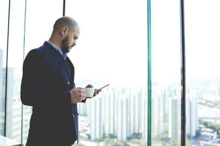 Studimi: Përdorimi i smartphonëve gjatë pushimit në zyra nuk rimbush trurin