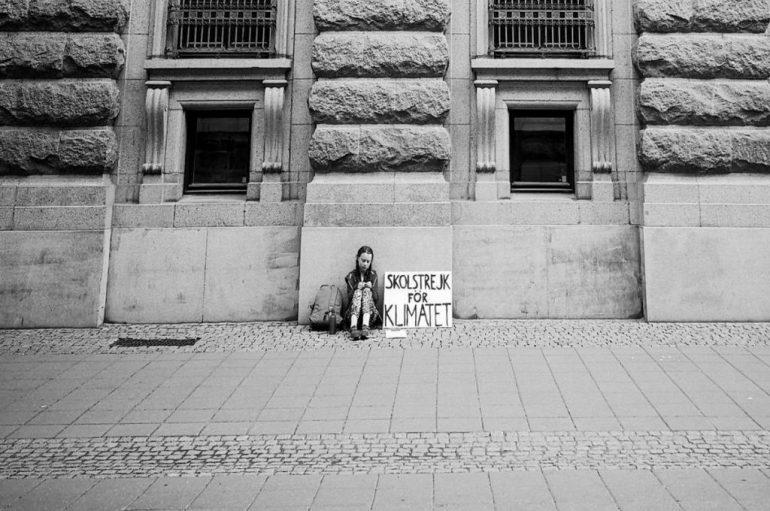 Greta, një vit më parë ishte vetëm, sot grevë me miliona njerëz. Fotografia që tregon se si një person mund të bëjë ndryshimin
