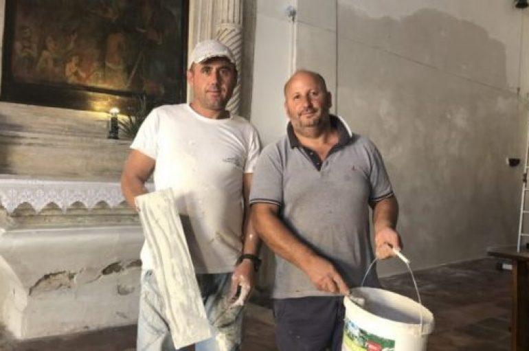 Dy shqiptarët restaurojnë falas kishën italiane